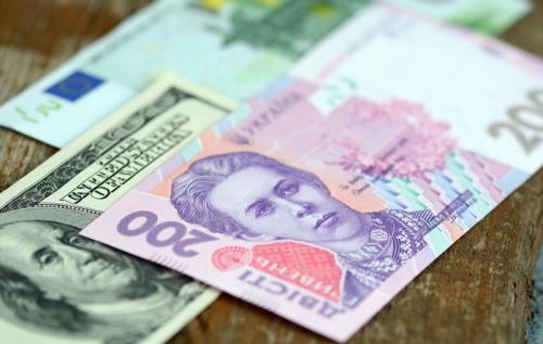 НБУ намагається стримати курс долара на міжбанку, але в обмінниках він росте