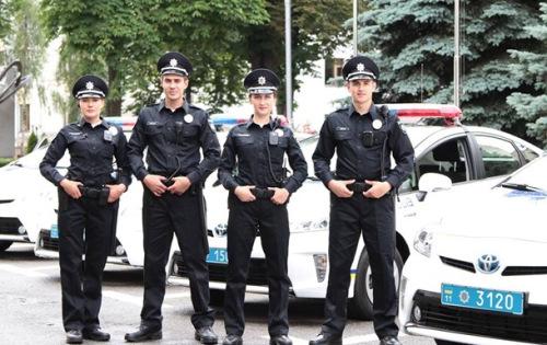 У силу вступає Закон «Про національну поліцію», який скасовує всі повноваження міліціонерів і даішників